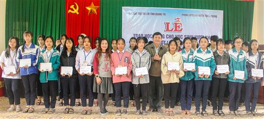 Zhishan Foundation awards scholarships to poor students overcoming difficulties